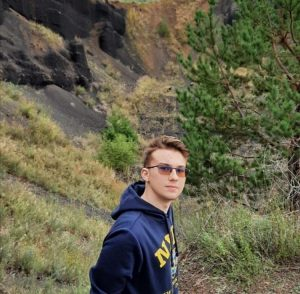 """Partea de geografie este coordonată de elevul Munteanu Radu-Ovidiu :""""Bună! Mă numesc Radu, sunt elev în clasa a IX-a și mă consider un tânăr dedicat cu tot sufletul acestei științe impresionante, geografia. Din clasa a V-a am participat mereu la concursurile naționale de geografie, la care am obținut premii I la etapele  naționale, însă pandemia mi-a luat șansa de a concura în clasele a VIII-a și a IX-a la cele mai importante competiții oficiale legate de geografie. De aceea aș dori să ofer elevilor de gimnaziu șansa de a participa în acest an la un concurs destinat geografiei, transmitându-le mesajul ca nu trebuie să renunțe la această pasiune, indiferent de situații."""""""